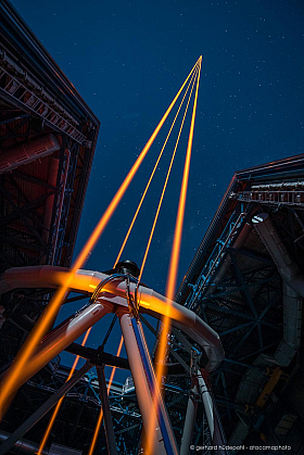 Hi-tech for astronomy: the four 22 watt lasers of the Paranal telescope are launched to the sky.