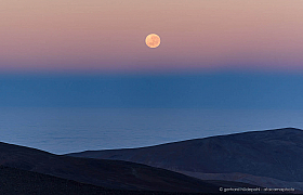 The belt of Venus with the setting full moon over the Pacific Ocean. View from the Paranal Residencia